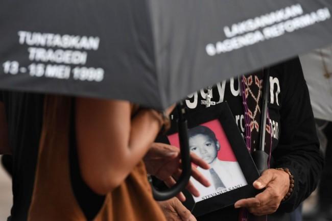 Aktivis Jaringan Solidaritas Korban untuk Keadilan (JSKK) menggelar aksi kamisan ke-538 di depan Istana Merdeka, Jakarta. Foto: Antara/Puspa Perwitasari.