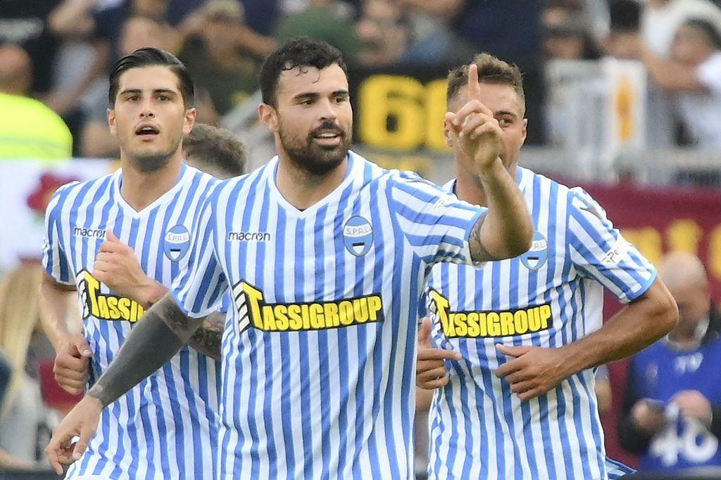 Penyerang SPAL, Andrea Petagna (tengah), merayakan gol yang dicetaknya melawan AS Roma (AFP/Alberto Pizzoli)