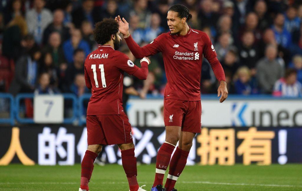 Mohamed Salah (kiri) merayakan golnya bersama Virgil Van Dijk (kanan) (Foto: AFP/Oli Scarff)