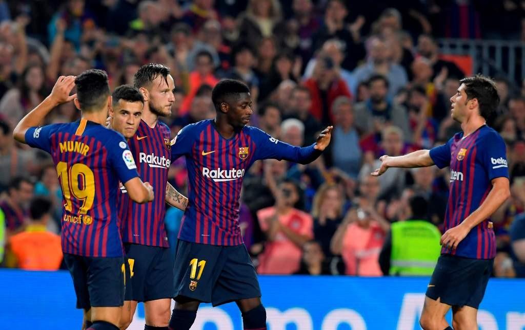 Para pemain Barcelona merayakan gol Ivan Rakitic saat menghadapi Sevilla (Foto: AFP/Lluis Gene)