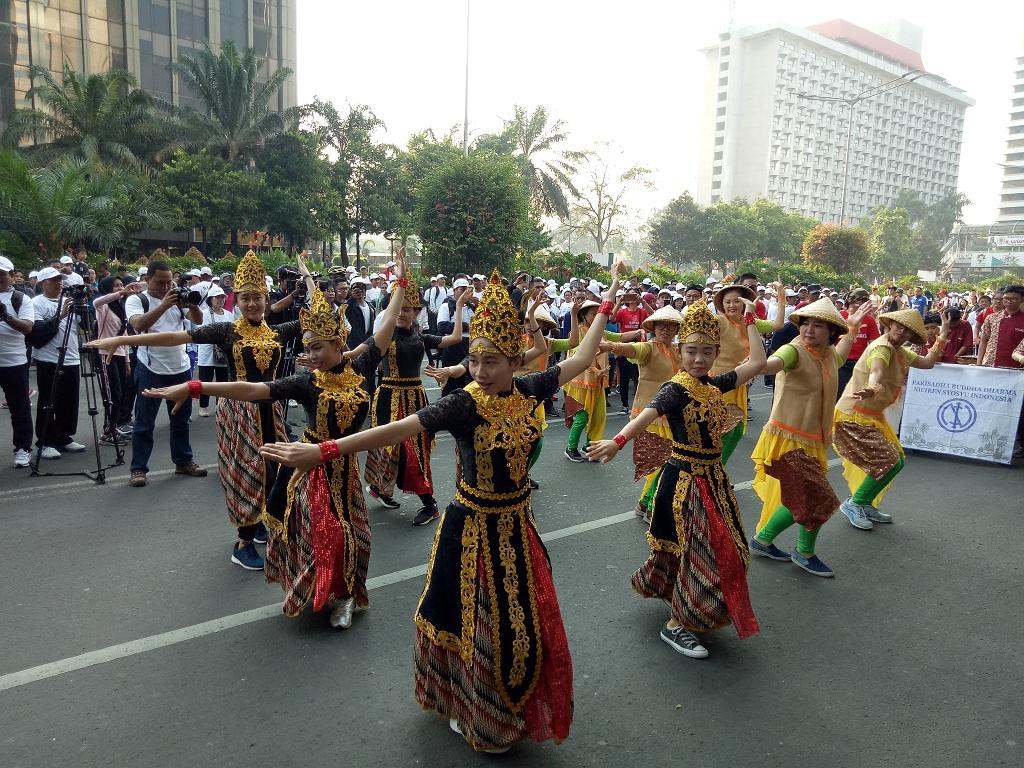 Peserta menari tradisional dalam gerak jalan - Medcom.id/Siti Yona Hukmana.