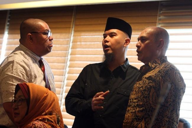 Musisi Ahmad Dhani (tengah) didampingi Kivlan Zen dan penasihat hukum hadir dalam audiensi dengan pimpinan DPR pada Januari 2017. MI/Susanto