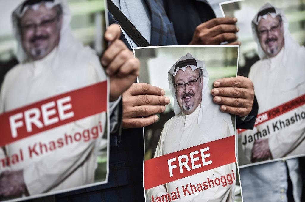 Pengunjuk rasa membawa foto Jamal Khashoggi di depan Konsulat Arab Saudi di Istanbul, Turki, 8 Oktober 2018. (Foto: AFP/OZAN KOSE)