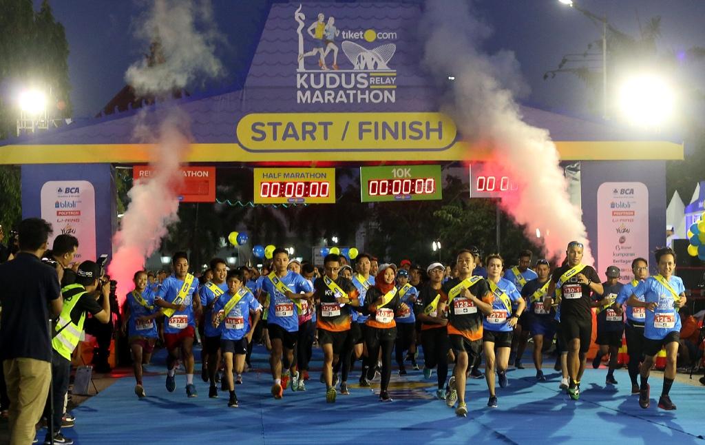 Para pelari kategori Relay Maraton melakukan start (Foto: Istimewa)