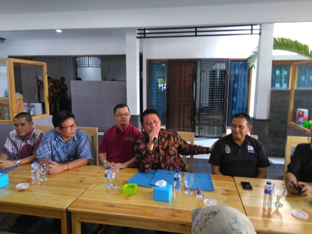 Gubernur Sumsel Herman Deru (tengah) saat mengumumkan pembentukan tim penyelamat Sriwijaya FC