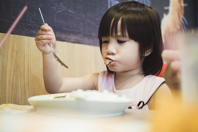 Hindari memberi makan anak di area penuh distraksi, seperti di depan TV. Tujuannya agar anak bisa mengisi perut sekaligus menikmati kegiatan tersebut. (Foto: Rainier Ridao/Unsplash.com)