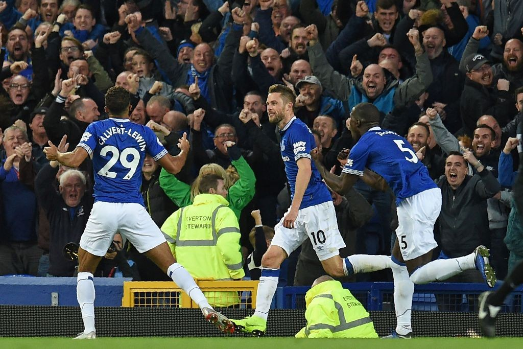 Para pemain Everton melakukan selebrasi usai unggul atas Crystal Palace (AFP/OLI SCARFF)