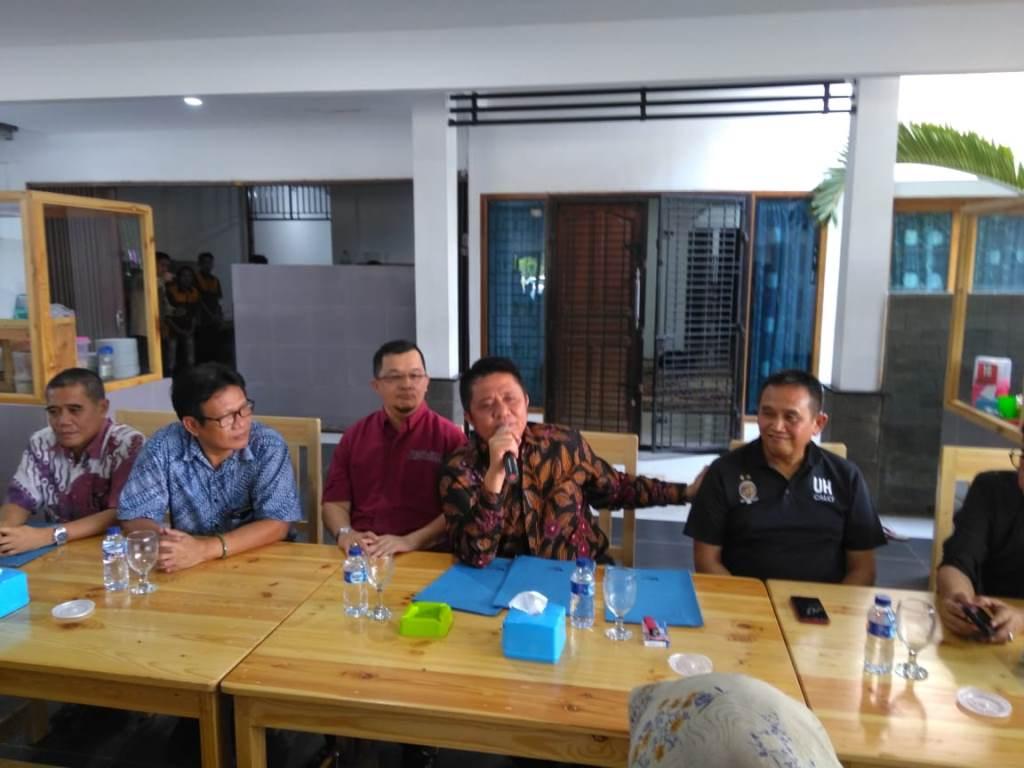 Gubernur Sumsel Herman Deru (tengah) saat mengumumkan pembentukan tim penyelamat Sriwijaya FC. (Foto: medcom.id/Deddy Pranata)