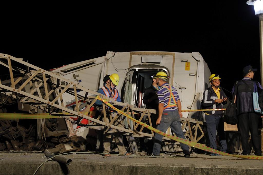 Petugas berada di lokasi tergulingnya kereta api di Taiwan, 21 Oktober 2018. (Foto: AFP/DANIEL M SHIH)