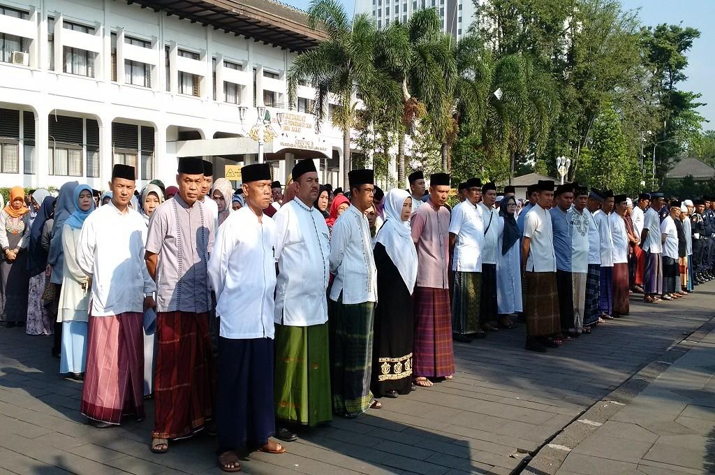 ASN di Pemprov Jabar mengenakan sarung untuk memperingati Hari Santri Nasional di apel pagi di Gedung Sate, Senin, 22 Oktober 2018, Medcom.id - Roni Kurniawan