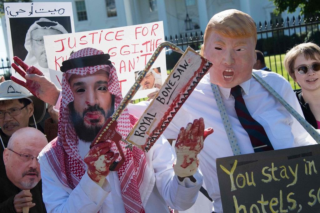Pengunjuk rasa memakai topeng Presiden Donald Trump dan Putra Mahkota Arab Saudi di depan Gedung Putih, Washington, 19 Oktober 2018. (Foto: AFP/JIM WATSON)