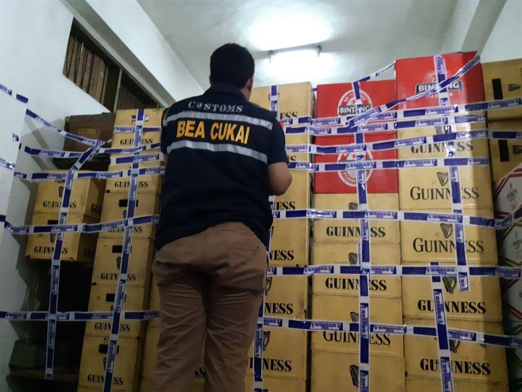 Petugas KPPBC Malang mengamankan miras di tempat penjual eceran. (Foto: Istimewa)