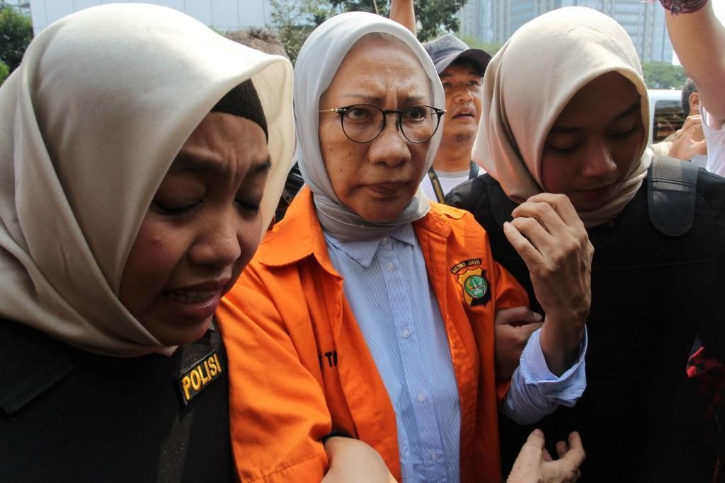 Tersangka kasus penyeberan cerita hoaks Ratna Sarumpaet (tengah) bersiap untuk menjalani pemeriksaan di Polda Metro Jaya, Jakarta. Foto: MI/Pius Erlangga.
