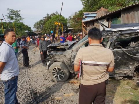 Kecelakaan maut di perlintasan kereta api di palang pintu manual di Jalan Pagesangan, Surabaya, Jawa Timur, Minggu, 21 Oktober 2018. (Medcom.id/Amal)