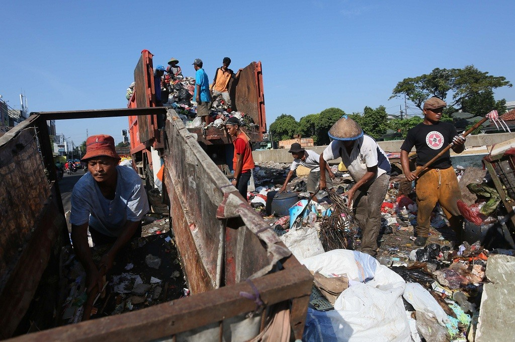 Petugas memindahkan sampah dari gerobak ke truk untuk dibawa ke TPST Bantargebang, MI - Ramdani