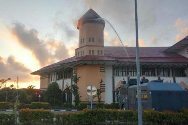 Kantor Bupati Bintan di Bandar Seri Bentan, Kabupaten Bintan, Provinsi Kepri, terbakar, Senin, 22 Oktober 2018. Medcom.id/ Anwar Sadat Guna.