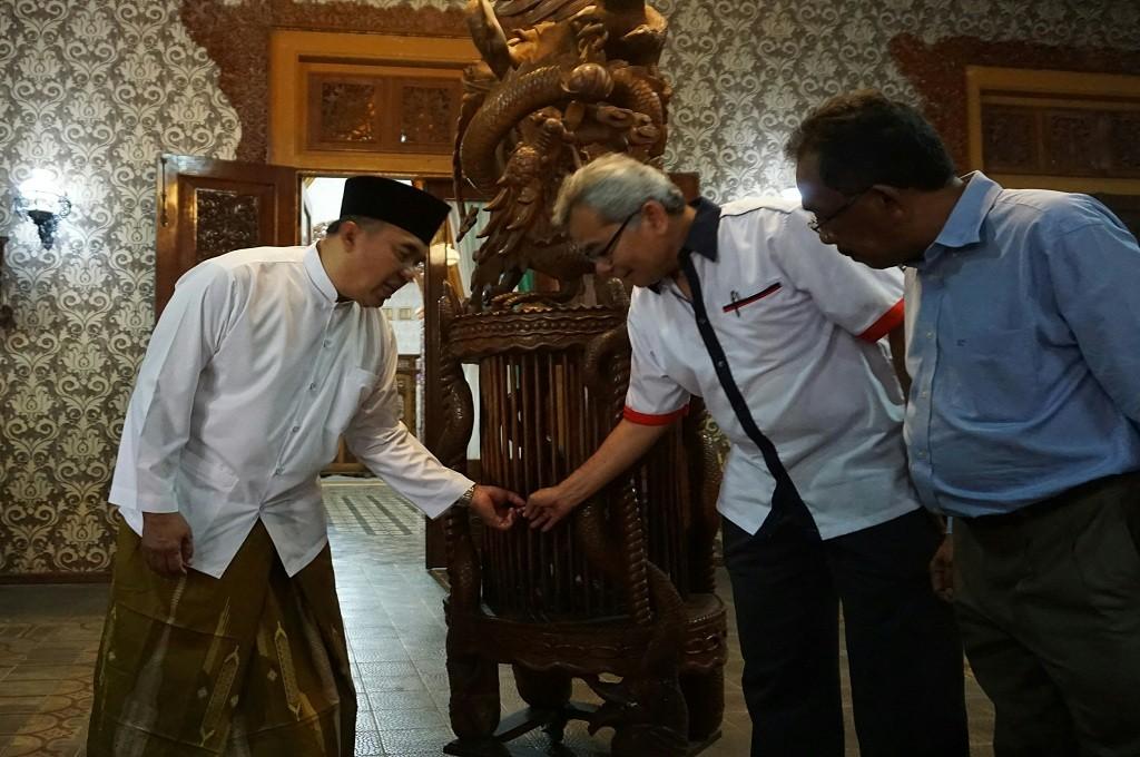 Bupati Jepara (kiri) menunjukkan salah satu hasil ukiran kepada Menteri Pembangunan Usahawan Pembangunan Malaysia. Foto: Medcom.id/Rhobi Shani