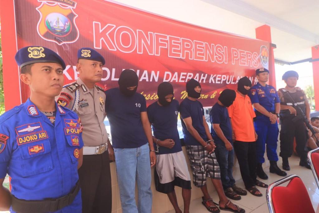 Jajaran Polda Kepri saat menggelar konferensi pers pengungkapan kasus pengiriman pekerja migran ke Malaysia, di Mapolda Kepri, Senin, 22 Oktober 2018. Medcom.id/ Anwar Sadat Guna.