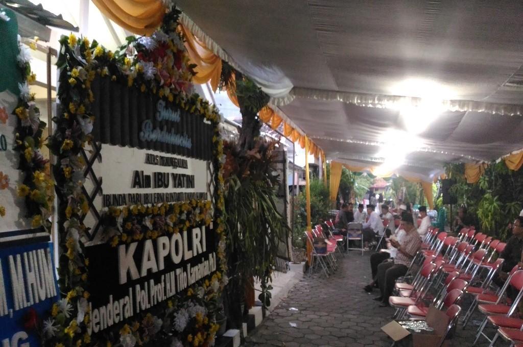 Karangan bunga sebagai ungkapan duka cita atas kematian Yatini, mertua dari Menteri Dalam Negeri Tjahjo Kumolo, di Semarang, Senin, 22 Oktober 2018, Medcom.id - Mustholih