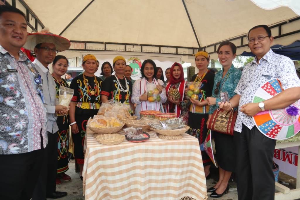 Anggota OASE Kabinet Kerja, Bintang Puspayoga, meresmikan Program Kampung Sejahtera di Krayan, Kabupaten Nunukan, Kalimantan Utara (Foto:Dok.Kemenkop UKM)
