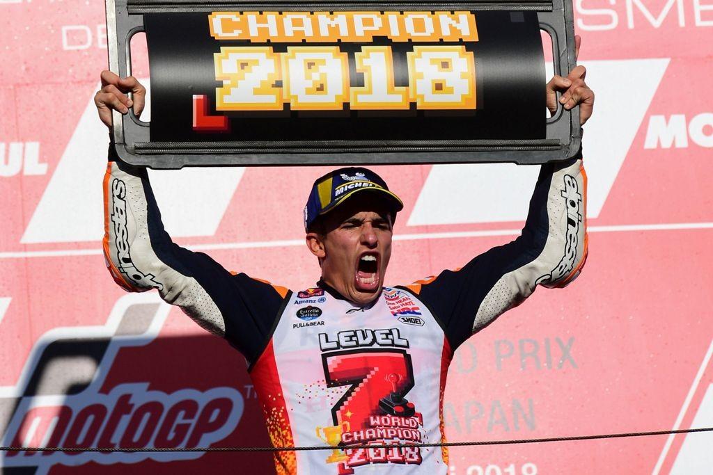 Marc Marquez merayakan gelar juara dunia MotoGP 2018 di atas podium GP Motegi (Foto: Martin BUREAU / AFP)