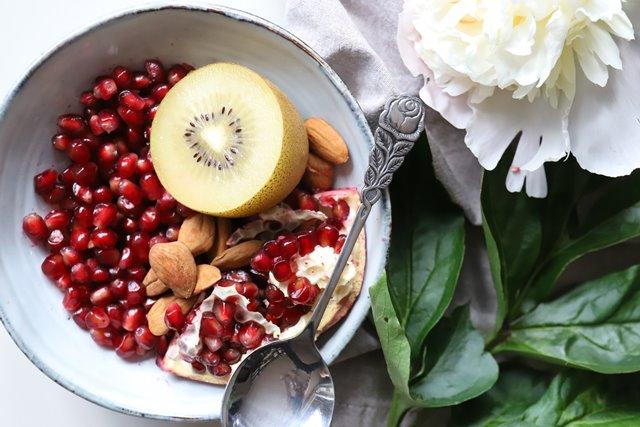 Buah delima akhir-akhir ini cukup meningkat popularitasnya karena dianggap sebagai salah satu superfood yang baik untuk kesehatan. (Foto: Magalie De Preux/Unsplash.com)