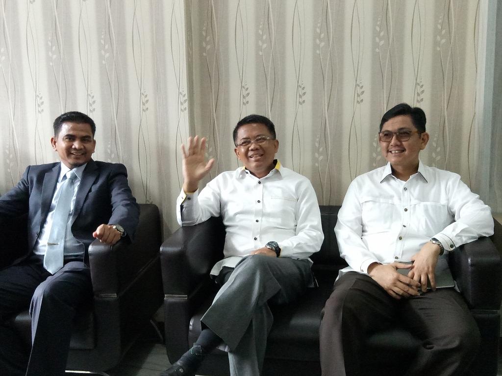 Presiden Partai Keadilan Sejahtera (PKS) Sohibul Iman (tengah), kuasa hukum Indra (kiri) dan Sekretaris Jenderal (Sekjen) PKS Mustafa Kamall (kanan) - Medcom.id/Siti Yona Hukmana.