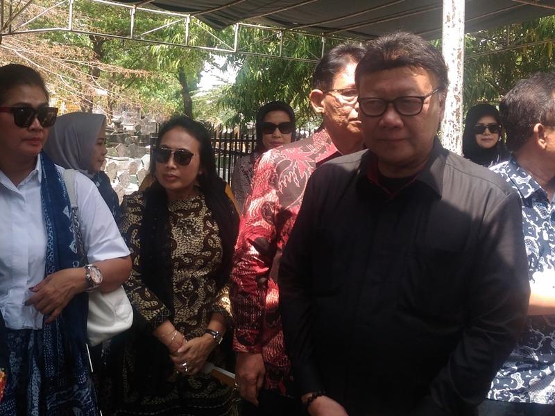 Tjahjo Kumolo mengantarkan ibu mertuanya ke tempat peristirahatan terakhir di Pemakaman Umum Bergota, Semarang. Medcom.id/Mustholih