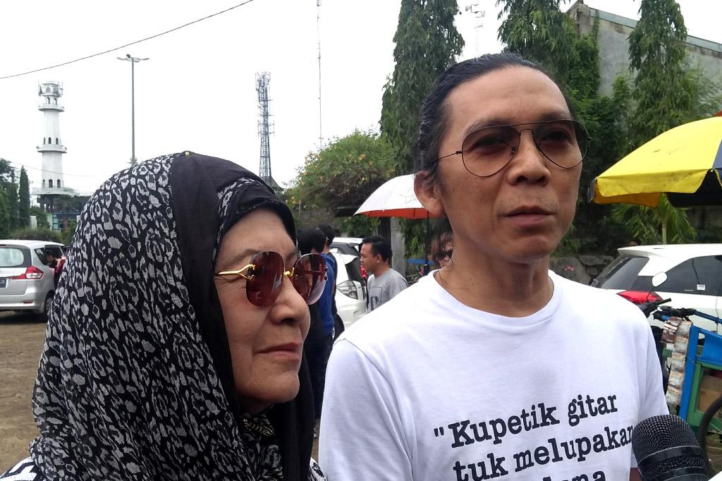 Bunda Iffet bersama Bimbim  di TPU Tanah Kusir Jakarta, Selasa, 23 Oktober 2018. (Foto: Medcom.id/Purba WIrastama)