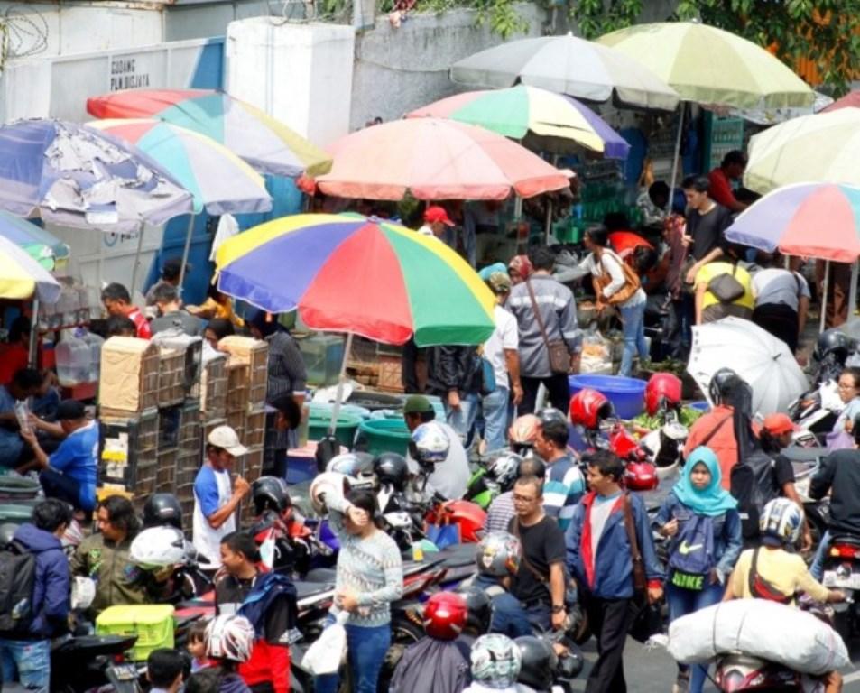 PKL menggelar lapak dagangannya hingga menutupi trotoar di kawasan Jatinegara, Jakarta. (Foto: MI/Bary Fathahilah)