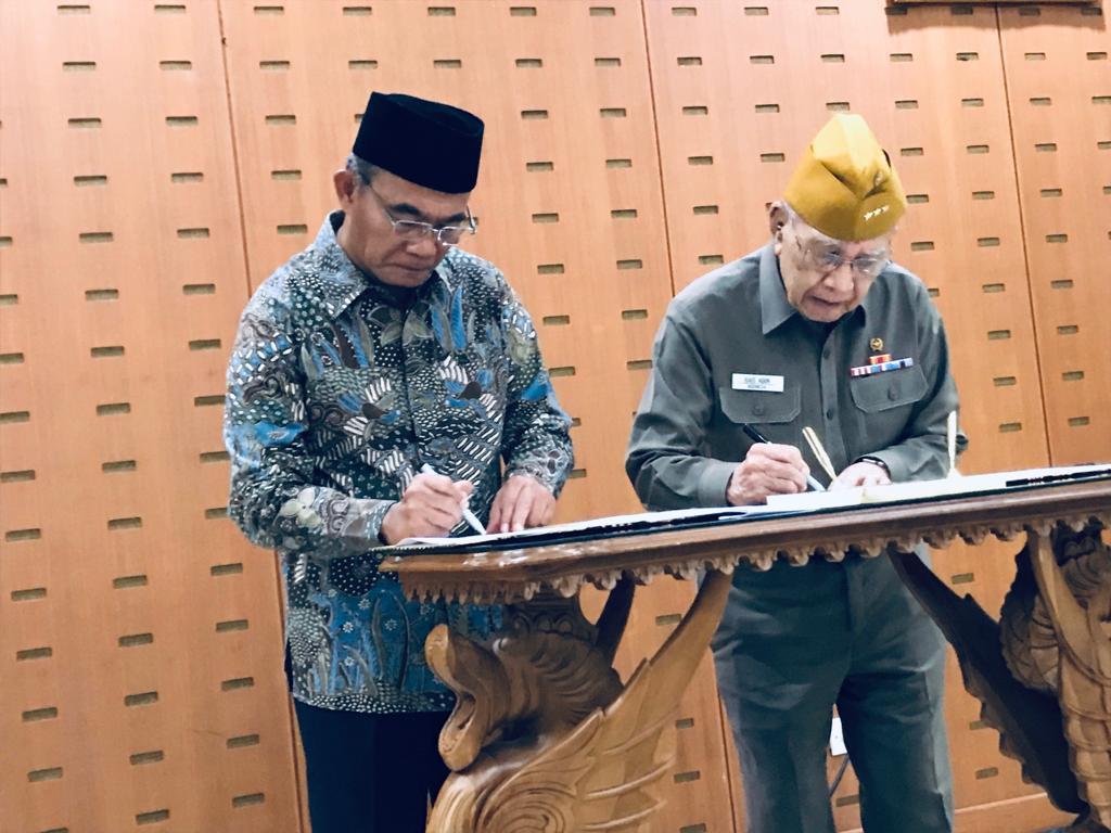 Mendikbud, Muhadjir Effendy (kiri) dan Ketua Umum Legiun Veteran Republik Indonesia, Rais Abin menandatangani MoU kerja sama Penguatan Pendidikan Karakter, Humas Kemendikbud.