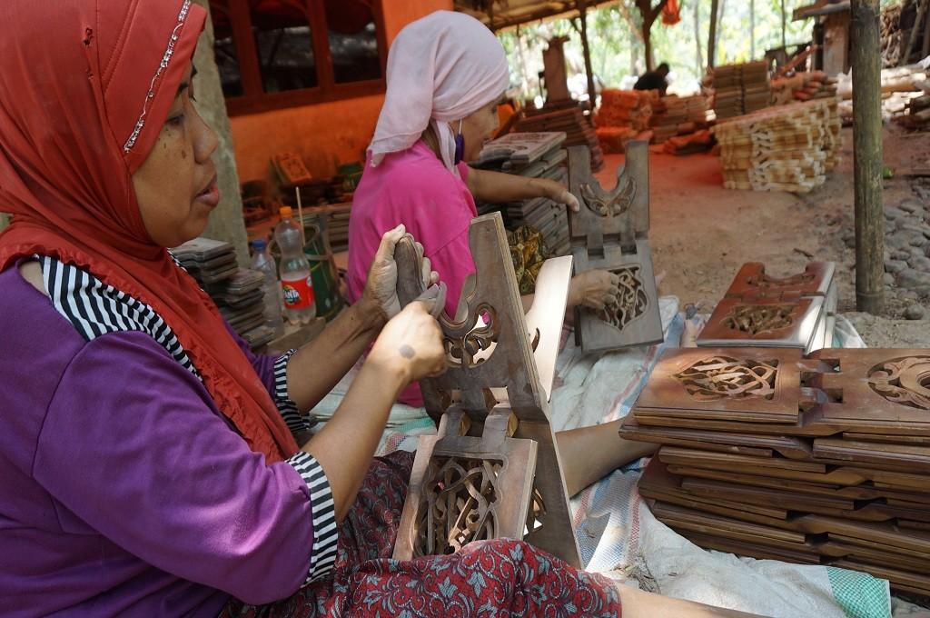 Dua ibu tengah memahat rehal khas seni ukir Jepara, Medcom.id - Rhobi Shani