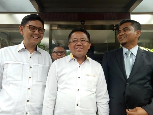 Presiden Partai Keadilan Sejahtera (PKS) Sohibul Iman (tengah), kuasa hukum Indra (kanan) dan Sekretaris Jenderal (Sekjen) PKS Mustafa Kamall (kiri) - Medcom.id/Siti Yona Hukmana.