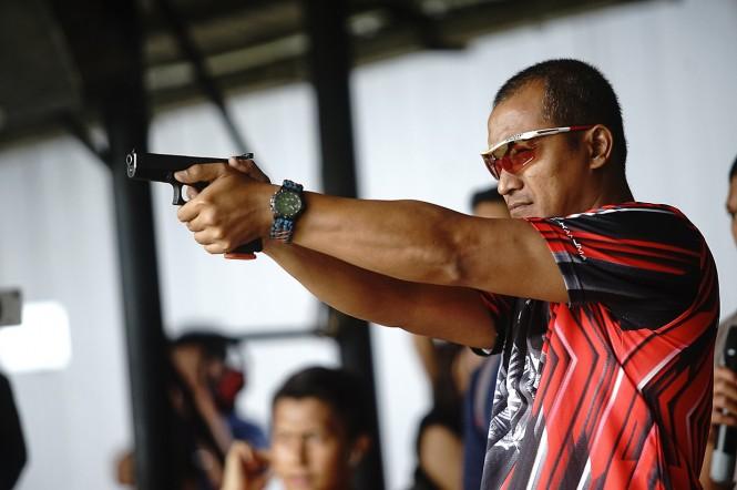 Anggota Komisi III DPR Abu Bakar Al Habsyi menunjukkan senpi Glock 17 di lapangan tembak Mako Brimob Kelapa Dua Depok, Jawa Barat.