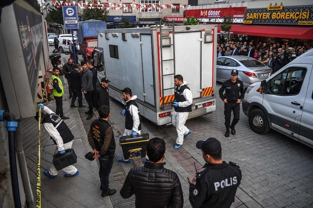 Tim investigator Turki menyelidiki sebuah mobil kosong yang diduga berasal dari Konsulat Arab Saudi di Istanbul, 22 Oktober 2018. (Foto: AFP/Getty/Ozan Kose)