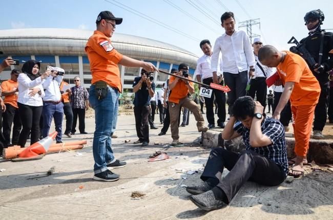 Polisi menggelar rekonstruksi pengeroyokan Haringga Sirla di Stadion Gelora Bandung Lautan Api (GBLA), Jawa Barat. (Foto: ANTARA/Raisan Al Farisi)