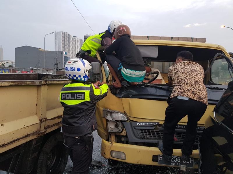 Truk yang menabrak beruntun mobil di lampu merah Jalan Juanda, Kota Depok, Jawa Barat. Medcom.id/Octavianus Dwi Sutrisno