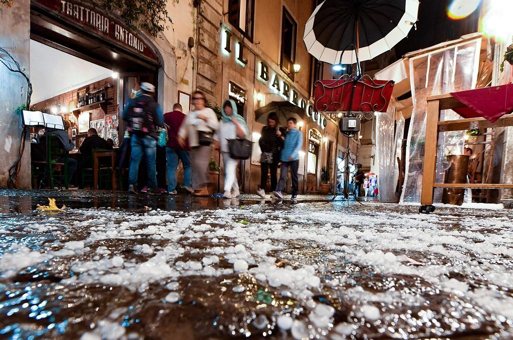 Es menutupi ruas jalan di Roma, Italia, 21 Oktober 2018. (Foto: AFP/TIZIANA FABI)