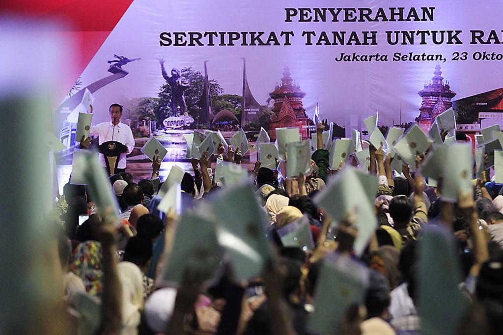 Jokowi Serahkan 5 Ribu Sertifikat Tanah untuk Warga Jaksel
