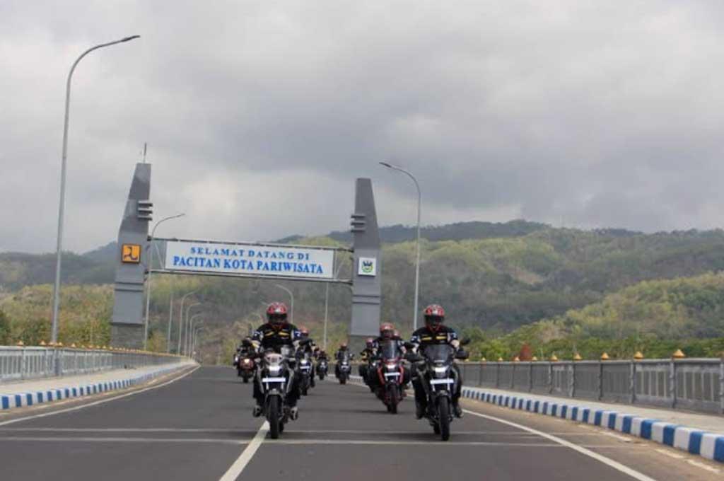 Touring GSX150 Bandit eksplorasi Pantai Tawang di Pacitan. Medcom.id/M. Bagus Rachmanto