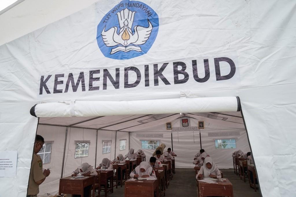 Suasana belajar di dalam tenda kelas darurat, ANT/Idhad Zakaria.