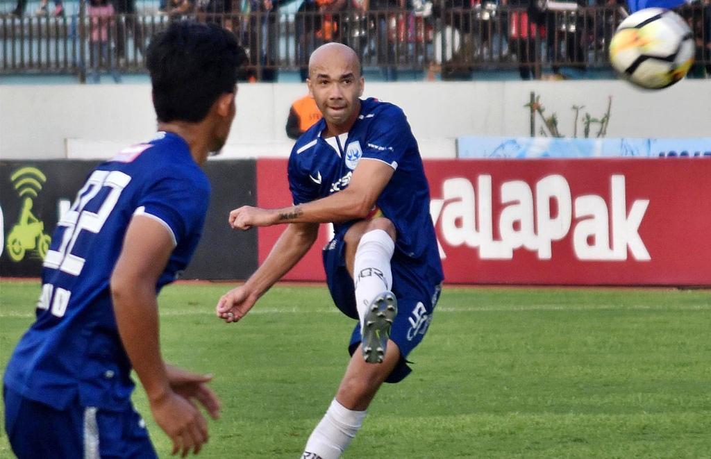 Aksi Bruno Silva saat PSIS Semarang berhadapan dengan Perseru Serui di Liga 1 2018 (Foto: ANTARA FOTO/Aditya Pradana Putra)