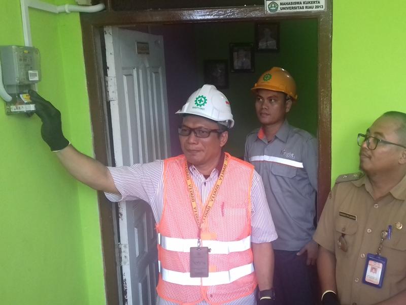 General Manager (GM) Service Bussiness Unit PLN Batam, Fransis Al Zauhari saat meresmikan penyambungan listrik di salah satu rumah warga Kelurahan Sijantung, Galang, Kota Batam, belum lama ini. Medcom.id/Anwar Sadat Guna
