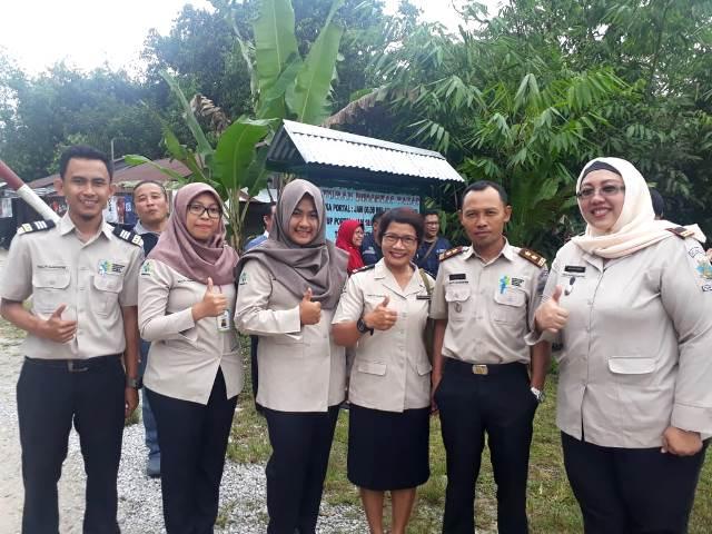 Dr. Yanti dan staf KKP saat berada di perbatasan Jagoi Babang, Bengkayang, Kalimantan Barat dengan Serikin, Malaysia. (Foto: Dok. Medcom.id/Yatin Suleha)