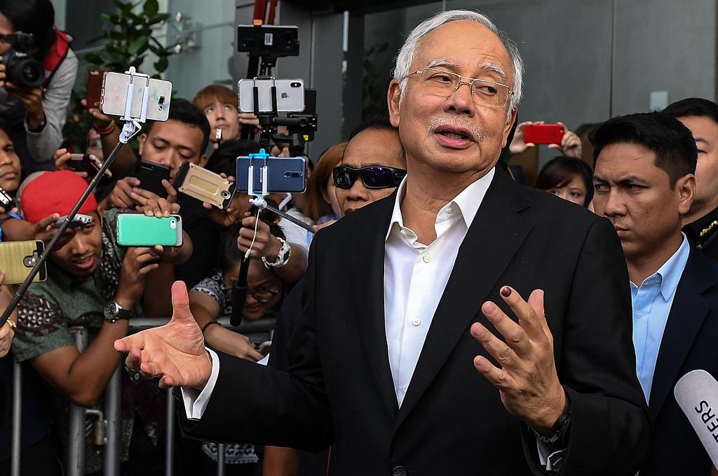Mantan PM Malaysia Najib Razak berbicara kepada awak media usai diperiksa di MACC, Putrajaya, 24 Mei 2018. (Foto: AFP/MOHD RASFAN)