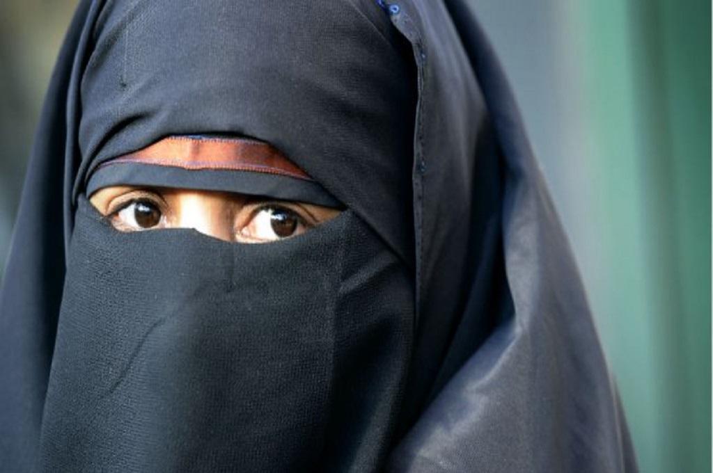 Seorang wanita menggunakan niqab. (Foto: AFP/Miguel Medina)