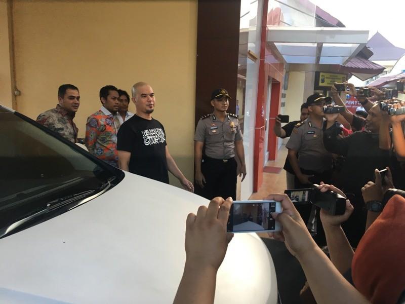 Ahmad Dhani Prasetyo didampingi kuasa hukum Kritiyawanto saat memenuhi panggilan penyidik di Ditreskrimum Polda Jatim, Rabu, 24 Oktober 2018. (Medcom.id/Amal).