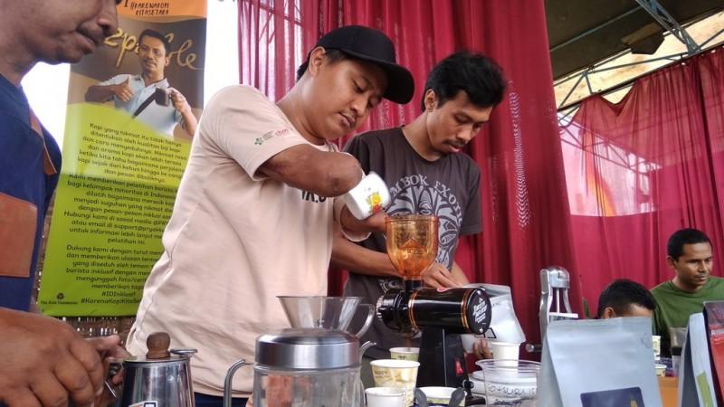 Eko Sugeng, warga Sleman penyandang disabilitas yang menjadi barista. Medcom.id-Ahmad Mustaqim