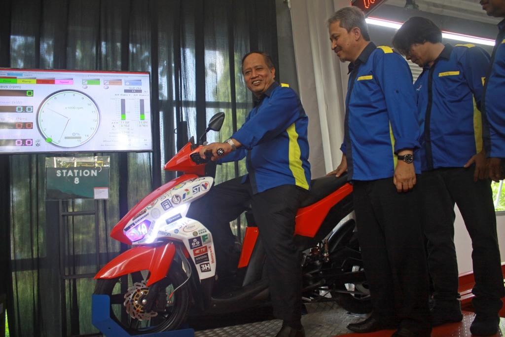 Menristekdikti, Mohamad Nasir (kiri) didampingi Rektor ITS,  Joni Hermana (tengah) mencoba motor listrik Garansindo Electric Scooter (GESITS) , ANT/Umarul Faruq.