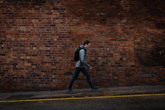 Studi yang melibatkan 2.000 orang dewasa menemukan bahwa 40 persen orang tak ingin berjalan kaki lebih dari 1,6 kilometer. (Foto: Matthew Feeney/Unsplash.com)